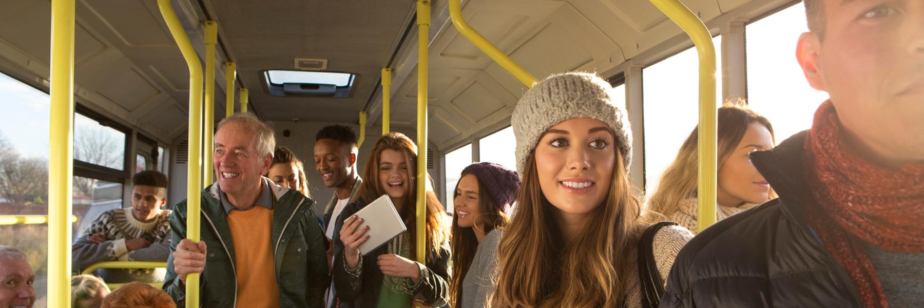 Das Bild zeigt Fahrgäste im Bus.